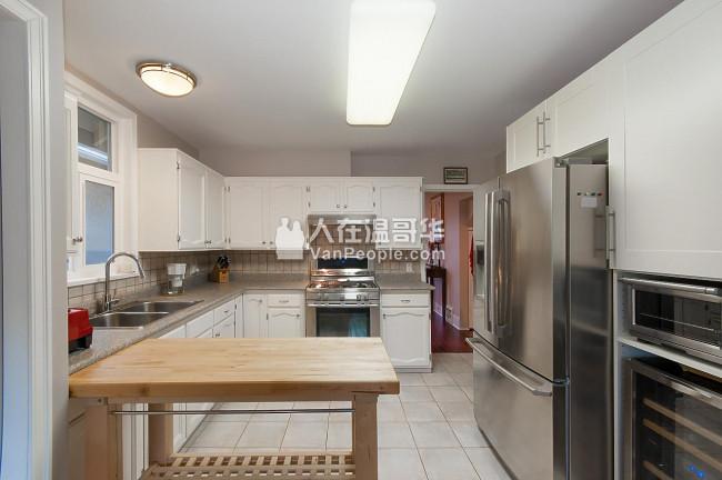 新装修2房1卫浴+大阁楼(可作为第3个房间)+阳光房/书房的上层单位出租