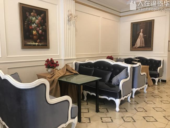 处理九成新餐椅共18把和九成新三人沙发共3个。餐椅每个150元,三人沙发每个600元。