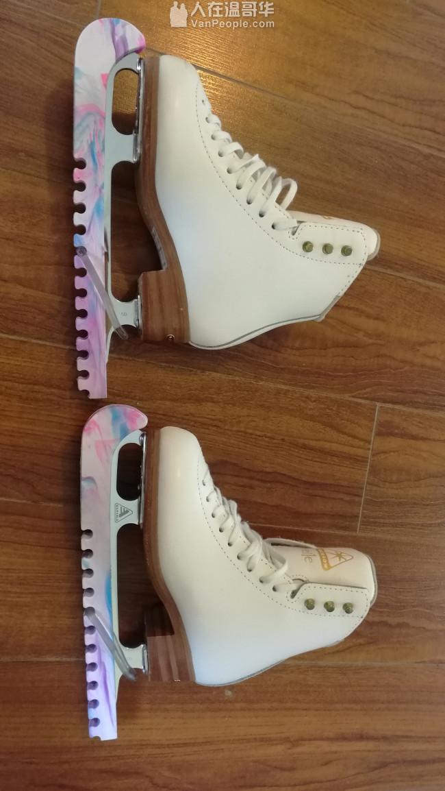 专业花样滑冰鞋,还有一个粉色的冰刀保护套