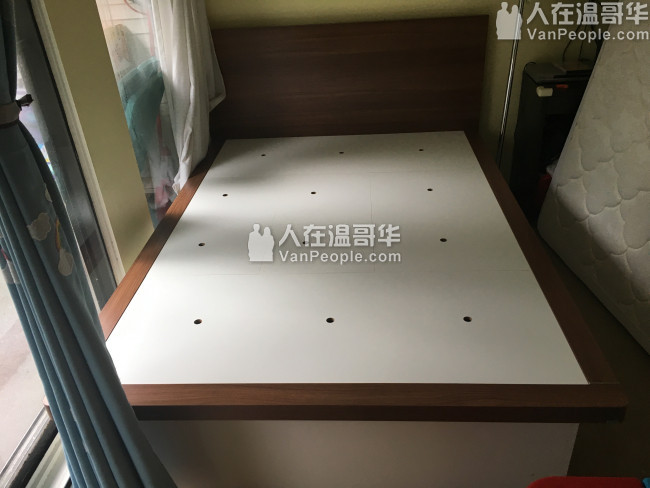 K床垫(记忆棉)、Q床、布艺沙发两座、花瓶。