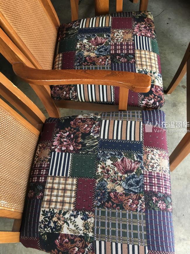 象木餐桌 + 6张椅 有2张是扶手的,桌面很新