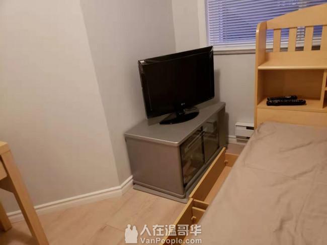 免费单人床床架 梳妆台 小电视 电视柜 椅子 桌子上免费领取
