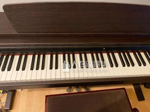 钢琴和椅子