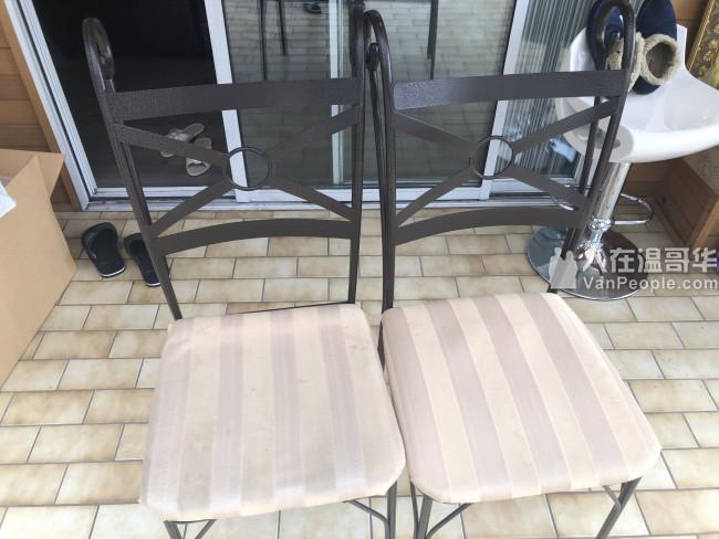 两把全新高脚椅白色旋轉椅$80铁椅子$50厨房用具碗盘一箱$50