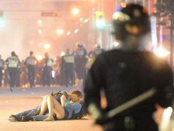 还记得那对在暴乱中拥吻的温哥华情侣吗?他们还在一起!又相信爱情了!