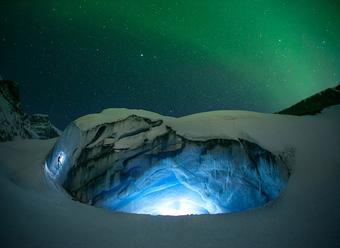 美翻了~加拿大冰川夜景美如梦幻,璀璨极光点亮夜空(高清组图)