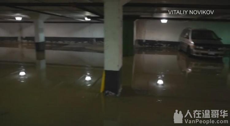 北约克奇葩车祸:车头扎进大水坑 整个停车场被淹